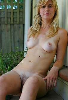 Blonde amateur Tifanie posing nude outdoors